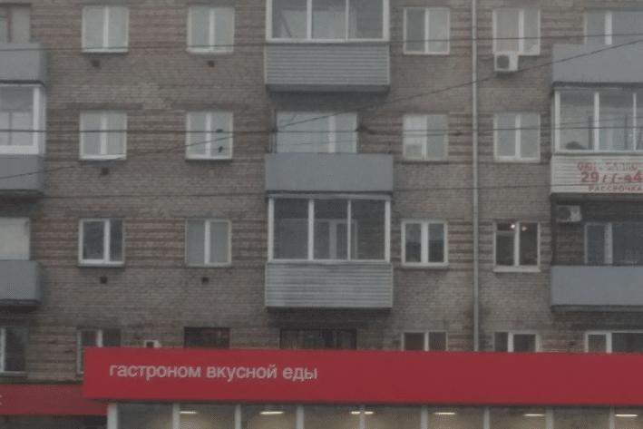 Мужчина 15 минут удерживал за руку выпавшую из балкона женщину. Она упала