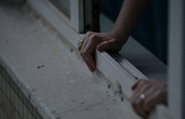 В Красноярске мать грозилась выбросить детей из окна 4 этажа
